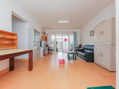 客厅和三个卧室全朝南,三房两个洗手间,实用率高